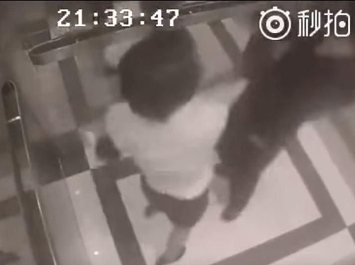 Vídeo flagra reação incrível de mulher, após ela ser assediada em elevador na China