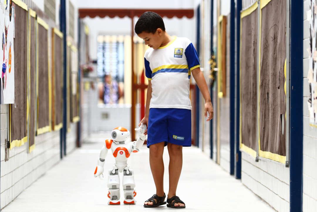 Robôs estimulam crianças com autismo em escolas públicas do Recife