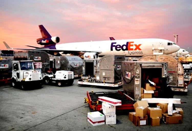 Funcionário da FedEx cochila ao colocar cargas no avião e viaja por engano