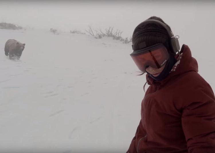 Snowboarder escapa de urso, filma tudo e só percebe depois