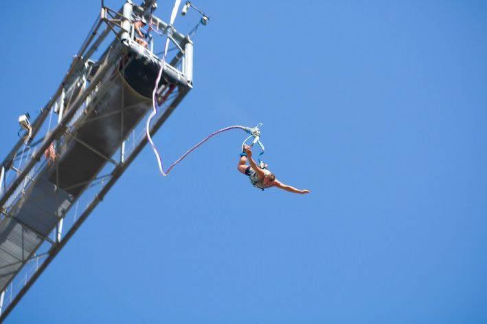 Garota se choca com rochas ao saltar de bungee jump
