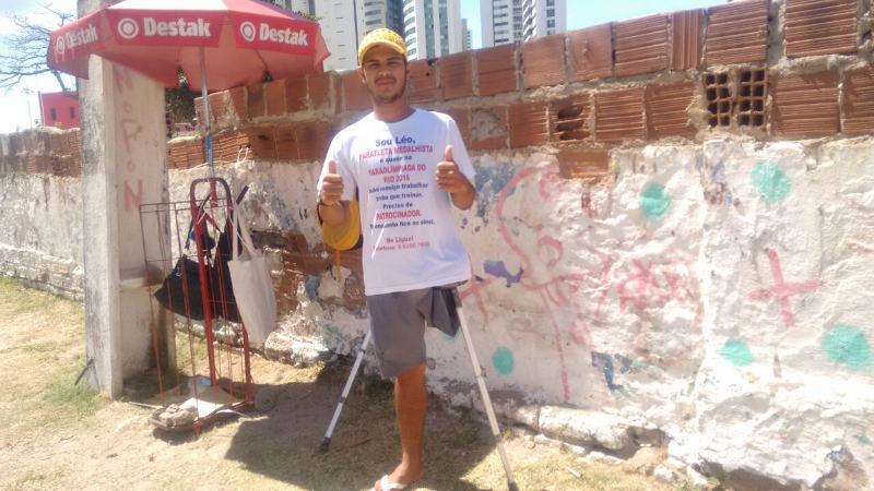 Paratleta pede dinheiro no sinal do Pina para competir nos Jogos Paralímpicos