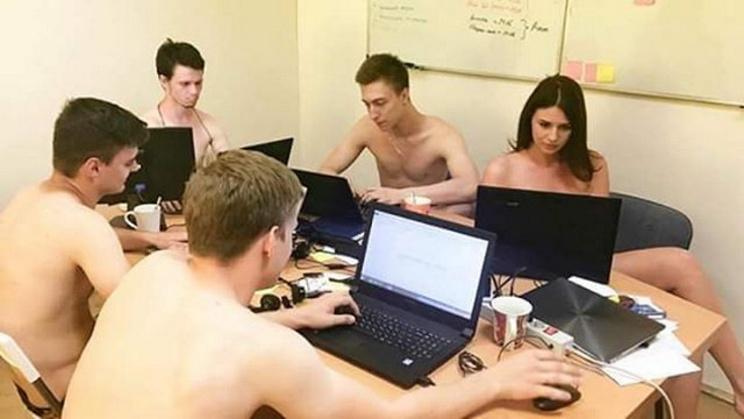 Ironizando presidente, bielorrussos trabalham nus