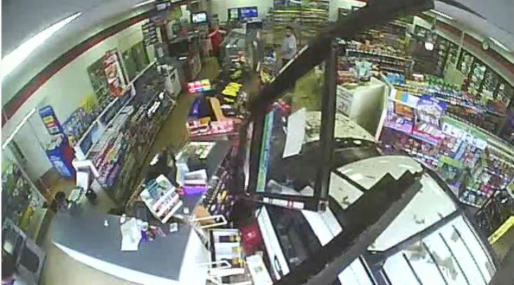 Sem habilitação e surda, mulher invade loja com carro