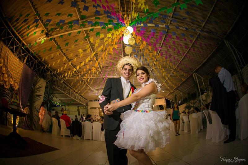 Driblando crise, noivos se casam com arraial em Caruaru