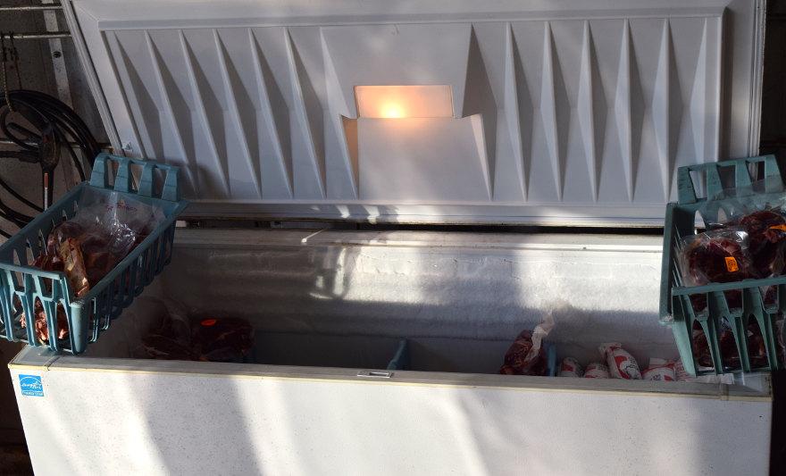 Mulher compra freezer de vizinha e encontra cadáver dentro