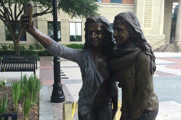 """Estátua de """"selfie"""" é inaugurada e gera polêmica no Texas"""