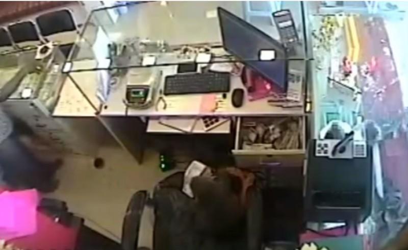 Macaco treinado rouba dinheiro de loja na Índia