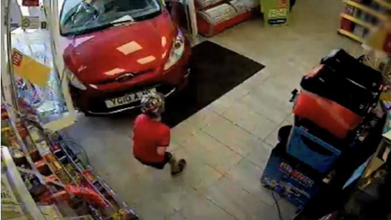 Vídeo mostra motorista bêbada invadindo loja na Inglaterra