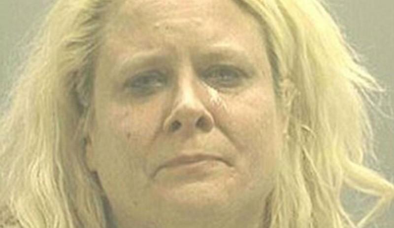 Mãe é presa por deixar namorado estuprar duas filhas