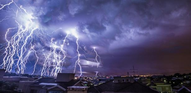Engenheiro captura chuva de raios durante tempestade