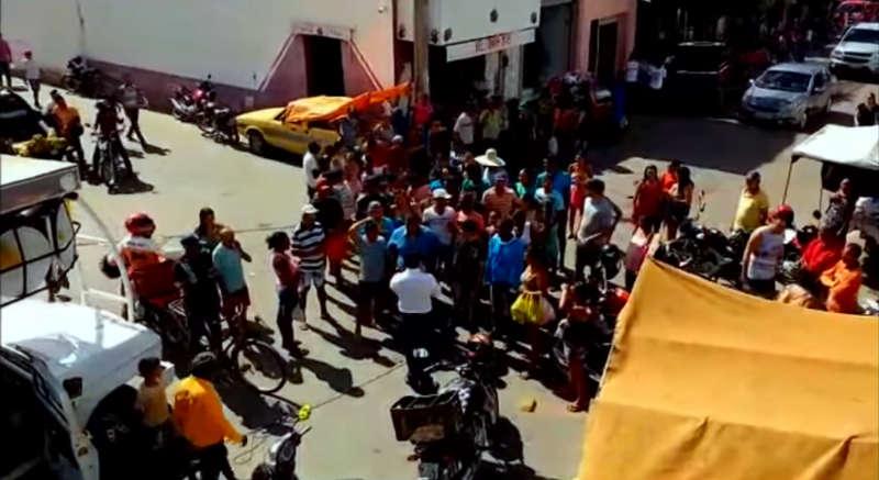 Prefeito de Cedro, no Sertão de Pernambuco, sorteia dinheiro entre moradores, no Centro da cidade