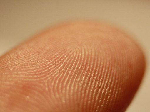 Polícia faz dedo em impressora 3D para desbloquear celular de suspeito de crime