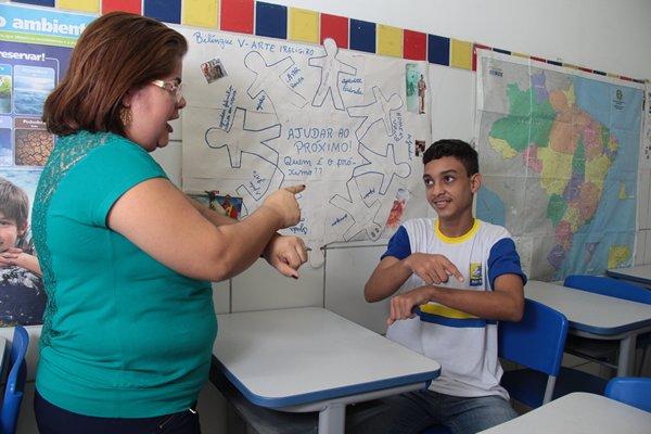 O desafio da educação bilíngue de alunos surdos no Recife