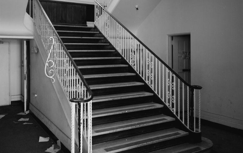 Mulher cai de escada sobre o marido e os dois morrem