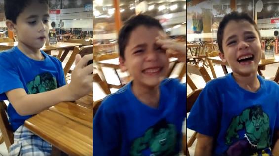 Emocionado, garoto cai no choro ao saber que terá irmãos gêmeos