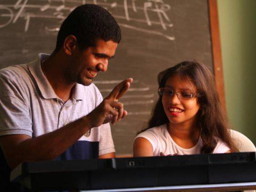 Pais surdos se comunicam com filhos por meio da música