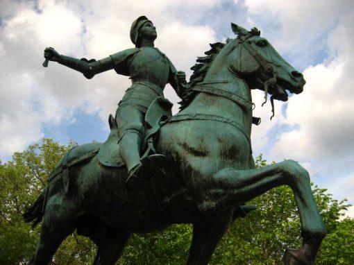 Homem rouba espada de estátua de Joana d'Arc