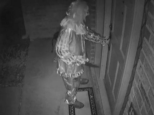 Câmera flagra palhaço armado tentando invadir casa