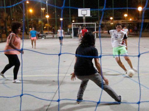 Futebol feminino ganha espaço em ruas e empresas do Recife