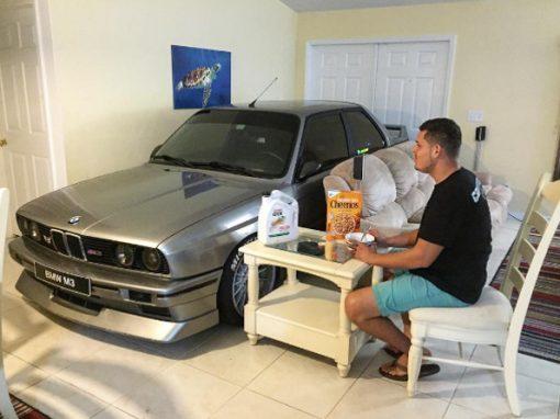 Com medo de furacão, homem guarda BMW na sala de casa
