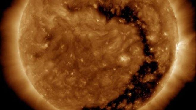 """Nasa detecta """"buraco"""" no Sol, que duplica rajada solar"""
