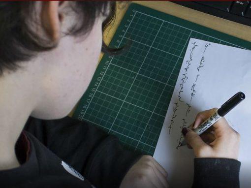 Garota cria língua própria aos 18 anos de idade