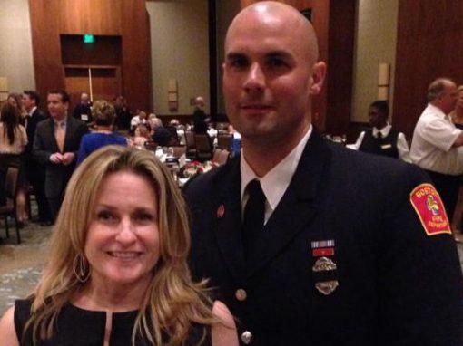 Mulher se casará com bombeiro que a salvou após atentado