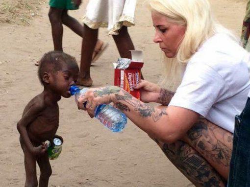 Agora saudável, garoto abandonado para morrer de fome tem seu 1º dia de aula