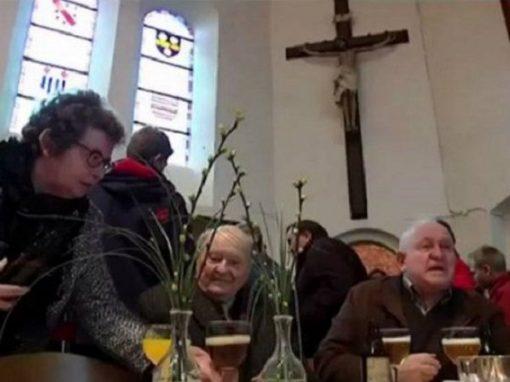 """Após bar fechar, igreja passa a servir cerveja """"pós-culto"""""""
