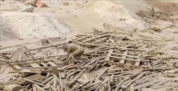 """Mulher emerge e se salva de """"rio de lama"""" no Peru"""