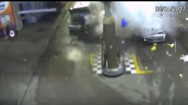 Mulher morre em explosão durante abastecimento de veículo