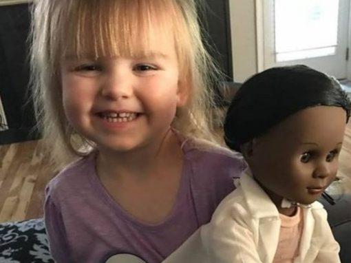 Menina rebate comentário preconceituoso de vendedora por preferir boneca negra