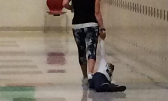Professora é demitida após arrastar criança pelo corredor