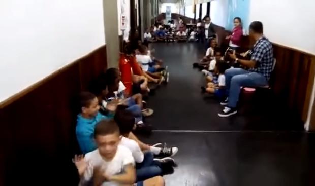 Professor acalma crianças com música durante tiroteio e viraliza