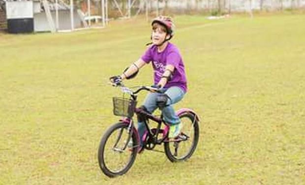 Deficiente visual, menino de 8 anos aprende a andar de bicicleta sozinho