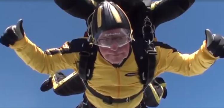 Aos 101 anos, homem se torna o mais velho a saltar de paraquedas