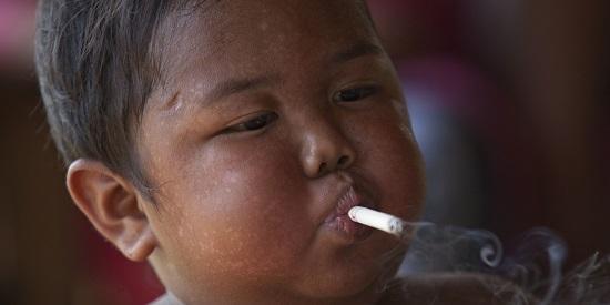 Garoto indonésio que fumava 40 cigarros por dia, passa a ter vida saudável