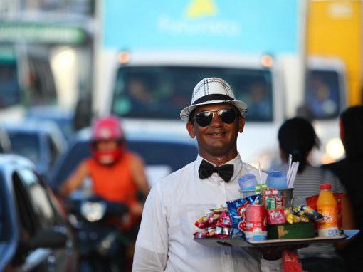 """""""Garçom"""" ambulante conquista o trânsito de Prazeres"""