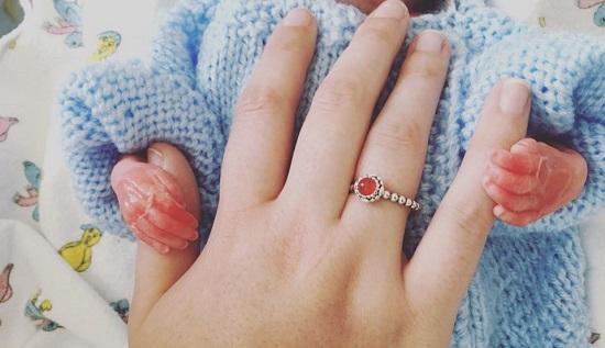 Mãe perde bebê em acidente e comove com fotos de despedida do filho
