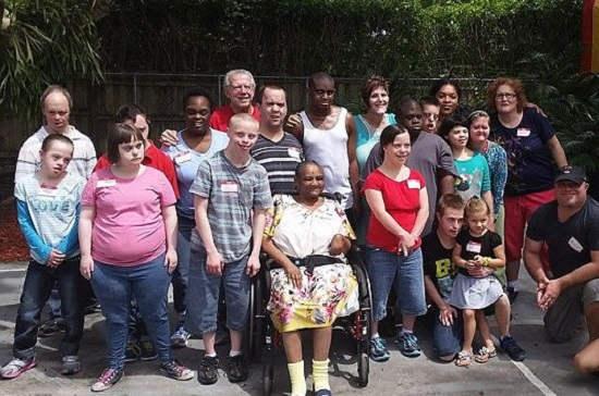 Casal adota 88 crianças com necessidades especiais ao longo de 40 anos