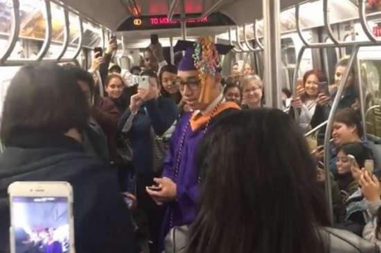 """Após falha no metrô, jovem perde formatura e tem que """"se formar"""" dentro do vagão"""
