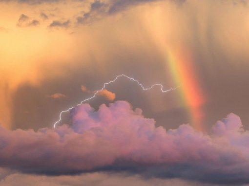 """Fotógrafo amador registra momento de """"nascimento"""" de raio dentro do arco-íris"""