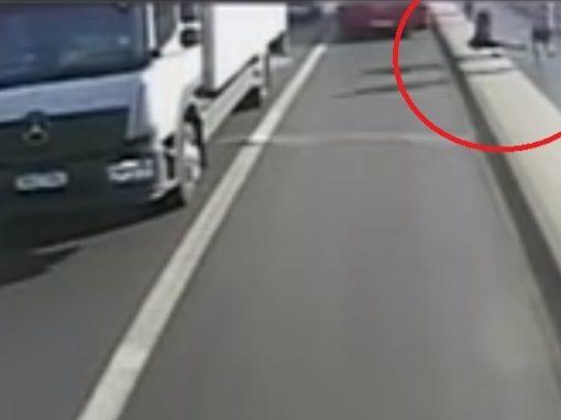 Câmera flagra corredor empurrando desconhecida na frente de ônibus