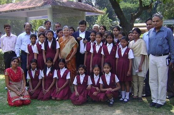Após perder filha, indiana acolheu 800 meninas abandonadas