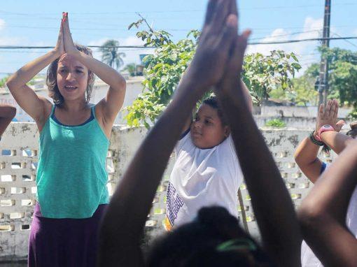 Yoga muda cotidiano de alunos da comunidade do V8, em Olinda