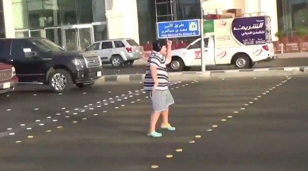 """Menino é preso após dançar """"macarena"""" em semáforo"""