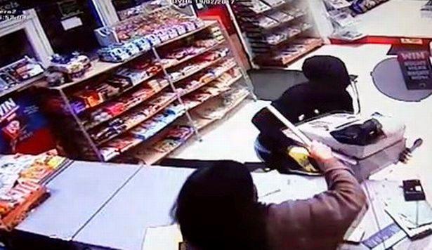 Idosos desarmados impedem ladrão em loja