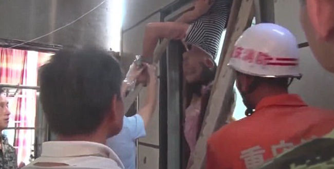 Engenheiro fica preso entre dois andares ao tentar instalar elevador