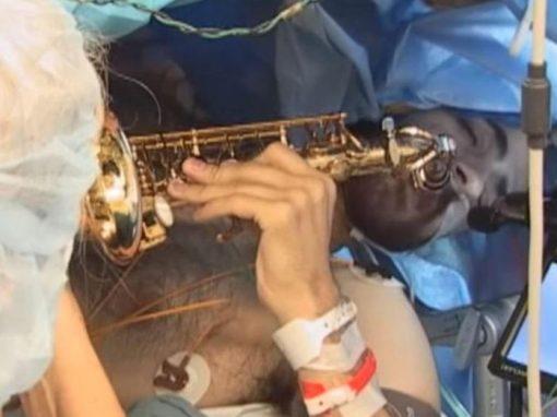 Músico toca saxofone durante cirurgia cerebral